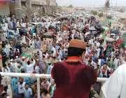 کراچی:پاکستان تحریک انصاف کے رہنما حلیم عادل شیخ جیتنے کے بعد حلقے ..
