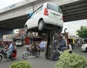 ملتان: ٹریفک وارڈن نو پارکنگ میں کھڑی گاڑی کو لفٹر کے ذریعے اٹھا کر ..