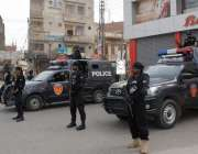حیدر آباد: عام انتخابات 2018  لطیف آبادکے ایک پولنگ اسٹیشن پر پولیس کی ..