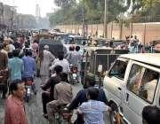 ملتان: دولت گیٹ چوک پر ٹریفک جام کا منظر۔
