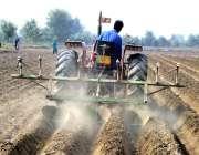 فیصل آباد: کسان ٹریکٹر کی مدد سے کھیت میں ہل چلا رہا ہے۔