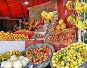 اسلام آباد: دکاندار نے گاہکوں کو متوجہ کرنے کے لیے تازہ فروٹ سجا رکھے ..