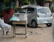 اسلام آباد: ستارہ مارکیٹ روڈ کنارے بچہ دودھ فروخت کر رہا ہے۔