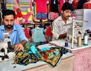 اسلام آباد: عید الفطر کے موقع پر مزدور دوپٹے پر پیکر کر رہا ہے۔