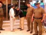 لاہور: باغبانپورہ رمضان بازار میں خریداری کے لیے آنے والے شہری کی تلاشی ..