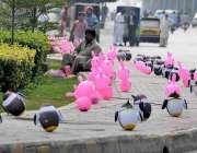راولپنڈی: محنت کش سڑک کنارے بچوں کے کھلونوں کا سٹال لگائے گاہکوں کا ..