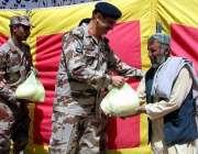چمن: ایف سی کمانڈنٹ بریگیڈیئر محمد عثمان مستحقین میں راشن تقسیم کر ..
