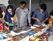 لاہور: ایکسپو سینٹر لاہور میں منعقدہ کتاب میلہ کے دوران شہری ایک سٹال ..