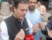 لاہور: تحریک انصاف کے رہنما ولید اقبال سیشن کورٹ کے باہر میڈیا سے گفتگو ..