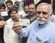 لاہور: عام انتخابات 2018  حلقہ این اے124میں ووٹ کاسٹ کرنے کے لیے آنیوالے ..