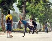 اسلام آباد: نوجوان سڑک پر کرکٹ کھیل رہے ہیں۔
