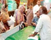 لاہور: شہری سستے رمضان بازار سے چینی خرید رہے ہیں۔