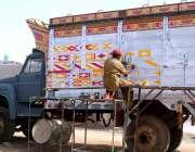 حیدر آباد: پینٹر ٹرک پر پینٹگ کرنے میں مصروف ہے۔