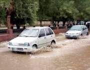 بہاولپور: موسلا دھار بارش کے بعد سڑک پر جمع پانی سے گاڑیاں گزر رہی ہیں۔