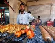 اسلام آباد: وفاقی دارالحکومت میں دکاندار فروخت کے لیے سیخ کباب بنا ..