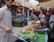 اسلام آباد: دکاندار فروخت کے لیے سموسے فرائی کر رہا ہے۔