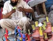 سرگودھا: محنت کشسڑک کنارے بیٹھا حکے بنانے میں مصروف ہے۔