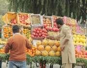 لاہور: شادمان چوک میں پھل فروش گاہکوں کو متوجہ کرنے کے لیے پھل ریڑھی ..