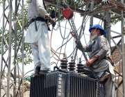پشاور: واپڈا اہلکار ٹرانسفارمر مرمت کرنے میں مصروف ہیں۔