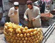 پشاور: دکاندار گاہکوں کو متوجہ کرنے کے لیے آم سجائے بیٹھا ہے۔