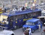 راولپنڈی: ٹرانسپورٹ کی کمی کے باعث لوگ بس کی چھت پر بیٹھ کر سفر کر رہے ..
