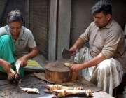 فیصل آباد: دکاندار پائے بھوننے کے بعد کاٹ رہا ہے۔