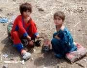 لاہور: خانہ بدوش بچیاں شدید دھوپ میں کھلے آسمان تلے کھیل رہی ہیں۔