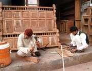 بہاولپور: کارپینٹر روایتی انداز سے فرنیچر بنانے میں مصروف ہیں۔