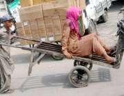 لاہور: ایک محنت کش بچہ ہتھ ریڑھی پر اپنے ساتھی کو بٹھا کر لیجا رہا ہے۔