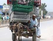 پشاور: ایک محنت کش گدھا ریڑھی پر اوو لوڈنگ کیے جا رہا ہے جو کسی حادثے ..