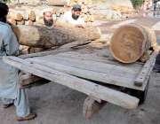 راولپنڈی: وارث خان ٹمبر مارکیٹ میں مزدور لکڑی ریڑھے پر لوڈ کر رہے ہیں۔.