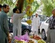 اسلام آباد: شہری افطاری کے لیے سڑک کنارے لگے سٹال سے تازہ پھل خرید رہے ..