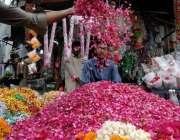 راولپنڈی: بنی چوک میں دکاندار پھولوں کی پتیاں فروخت کے لیے سجار ہا ہے۔