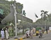 لاہور: یوم آزادی کی مناسبت سے ٹاؤن ہال کے باہر قومی پرچم لہرا رہے ہیں۔