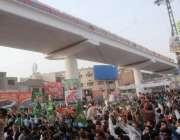 لاہور: اورنج لائن میٹرو ٹرین آزمائشی سروس کے افتتاح کے بعد رواں دواں ..