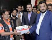 کراچی: ایکسپو سینٹر میں منعقدہ پراپرٹی شو کے موقع پر عمیر آرائیں اور ..