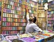 راولپنڈی: دکاندار گاہکوں کو متوجہ کرنے کے لیے چوڑیاں سجا رہاہے۔