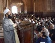 لاہور: بادشاہی مسجد کے خطیب مولانا عبدالخبیر آزاد جمعہ کے اجتماع سے ..