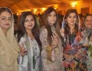لاہور: تحریک انصاف کے زیر اہتمام مقامی ہوٹل میں منعقدہ تقریب میں خواتین ..