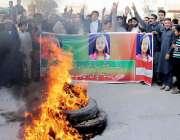 پشاور: ورسک روڈ کے رہائشی سانحہ قصور کے خلاف آگ لگا کر احتجاجی مظاہرہ ..