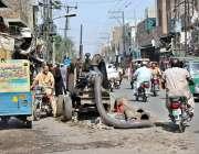 ملتان: سڑک کے درمیان کھڑی مشین کے باعث ٹریفک کی روانی متاثر ہو رہی ہے۔