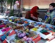 راولپنڈی: عید کی تیاریوں میں مصروف خواتین چوڑیاں خرید رہی ہیں۔