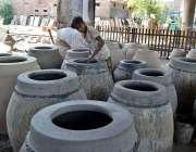 فیصل آباد: کمہار روایتی انداز سے تندور بنا رہا ہے۔