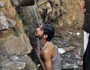 اسلام آباد: شہری گرمی کی شدت کم کرنے کے لیے پائپ سے نکلنے والے پانی کے ..