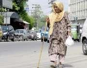 لاہور: ایک معمر خاتون پریس کلب ک سامنے سے گزر رہی ہے۔
