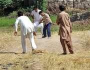 ملتان: نوجوان خشک کھیت میں کرکٹ کھیل رہے ہیں۔
