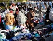 راولپنڈی: شہری ہفتہ وار جمعہ بازار سے گرم کپڑے خرید رہے ہیں۔