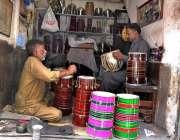 لاہور: محنت کش میوزک کی اشیاء( ڈھول ) تیار کرنے میں مصروف ہے۔