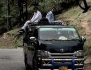 مظفر آباد: ٹرانسپورٹ کی کمی کے باعث شہری خطرناک اندا سے وین کی چھت پر ..