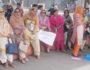 لاہور: پروفیسر لیکچرار ایسوسی ایشن کے احتجاج میں شریک خواتین دھوپ سے ..